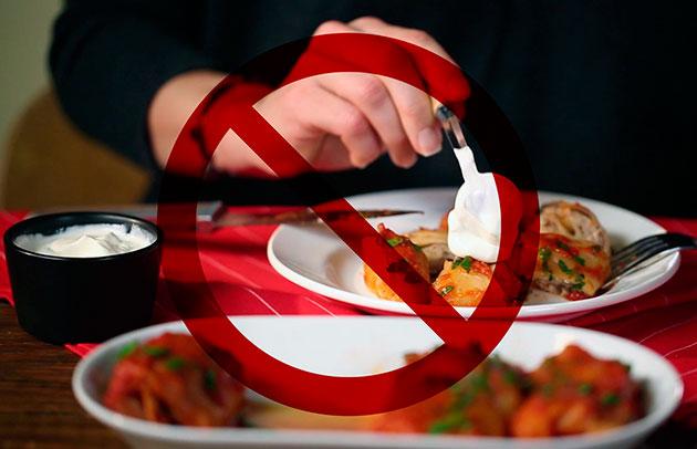 Под запретом для попугая, любая еда со стола